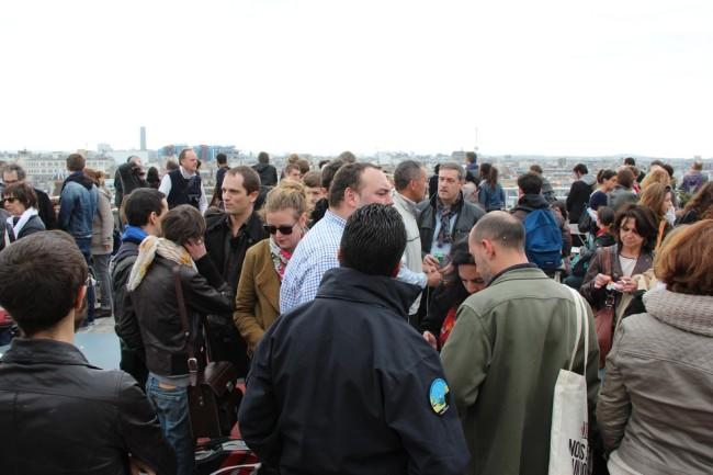 Sur la terrasse de la vis, les visiteurs discutent librement entre eux ou avec les professionnels, tout en admirant la vue sur Paris. (Crédit photo : E.Patricio)