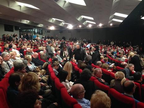 Dans la salle, où des dizaines de personnes sont restées debout, la tension était palpable. Crédit Photo : Elie Julien