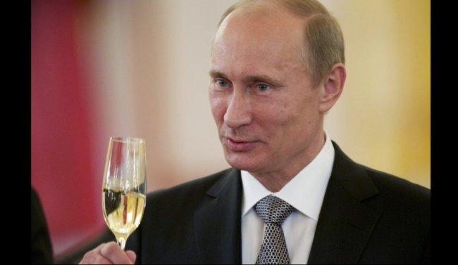 Vladimir Poutine, l'ogre russe qui a soif de revanche, trinque à sa victoire de la Crimée/ DR