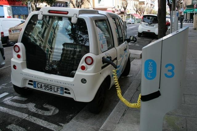 Parmi les utilisateurs de voitures électriques en auto-partage, seulement 16% avaient entre 18 et 30 ans en 2011, à Nice. Un symptôme du désintérêt des jeunes pour l'écologie. (Crédit Photo : Nicolas Richen)
