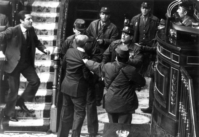 « Le président Suárez qui vient de démissionner réagit avec indignation à l'entrée de gardes civils armés dans la chambre des députés ». CP : huffingtonpost.es