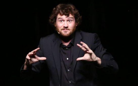 Olivier De Benoist reste fidèle à ses prestations dans l'émission qui l'a vu naître : On ne demande qu'à en rire. Crédit : Frédéric Dugit pour Le Parisien.