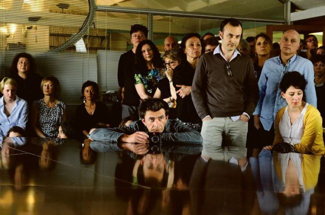 """Le 2 avril dans la grande salle du hublot, les salariés de Libération ont rencontré leur nouveau """"directeur de la publication"""". (Crédits : Marc Chaumeil)"""
