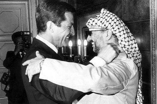 « Suarez avec le dirigeant de l'OLP, Yasser Arafat ; un symbole d'ouverture de la jeune démocratie espagnole » CP : huffingtonpost.es
