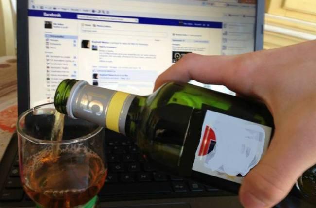La consommation d'alcool excessive symbolisée par la «neknomination»  (Crédits Photo : Elie Julien)