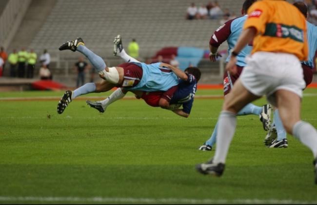 19 juin 2004, Chabal met son dernier placage bouchon en ciel et grenat face au Stade Français. (Crédit photo : L'équipe)