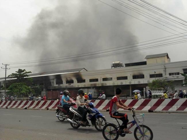 Pillage et incendie... les manifestants vietnamiens n'ont pas épargné les usines taïwanaises ou coréennes. (Crédits photo : http://www.5giay.vn/)