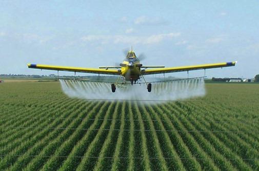 Un avion diffuse des pesticides. Crédit: D.R.
