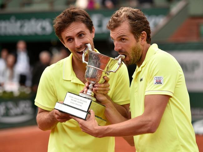 Edouard Roger-Vasselin (à gauche) et Julien Benneteau (à droite) peuvent être fiers. Ils ont remporté Roland-Garros en double/ (Crédit photo: AFP)