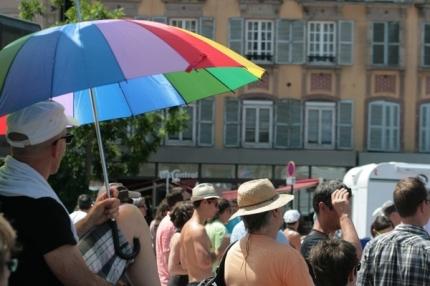 On se protège du soleil comme on peut. La chaleur a dissuadé plusieurs festivaliers en après-midi. (Crédit Photo : Nicolas Richen)