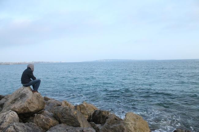 Regarder la mer et rêver d'une vie plus bel le ailleurs. (Crédit photo : Loïc Masson)