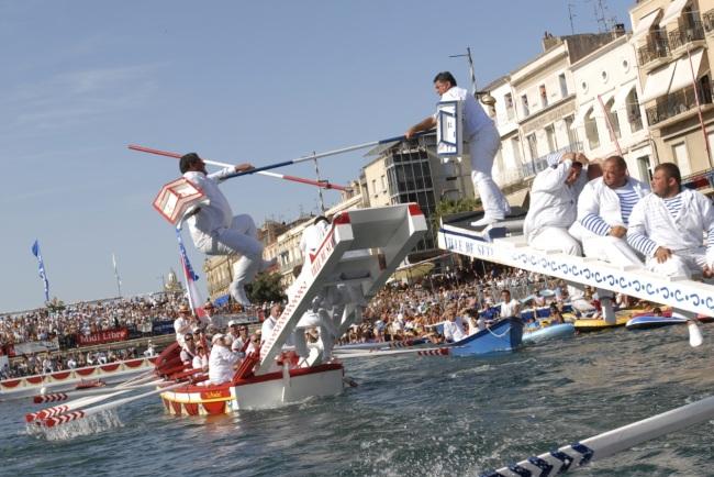 Les joutes naut iques sont de  grandes festivités estivales. (Crédit photo : Office de tourisme de Sète)