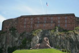 Le Château et le Lion de Belfort. Ce dernier est l'œuvre de Bartholdi. (Crédit Photo : Nicolas Richen)