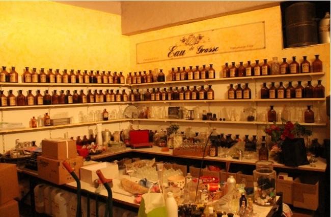 Sur les étagères de l'arrière-boutique s'amoncellent diverses essences : vanille, jasmin. . . (Crédit photo : S.L)