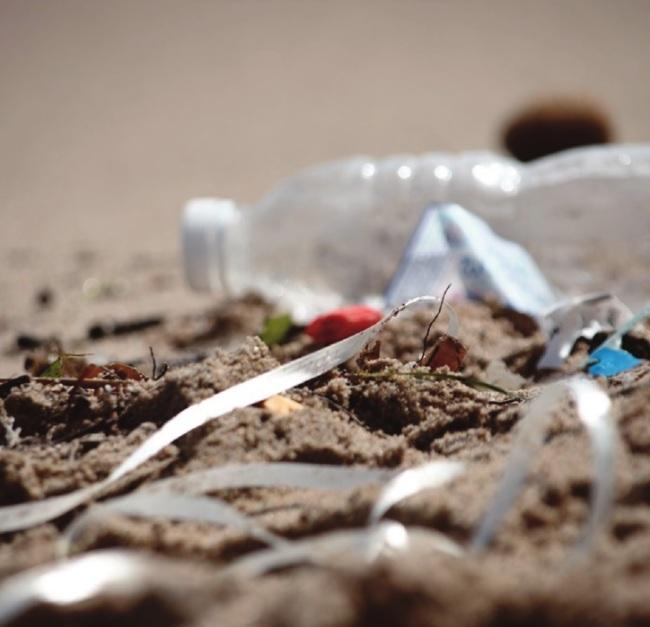 Sur les plages de la Côte d'Azur, la pollution plastique est apparente (Crédit photo : Eva Garcin)
