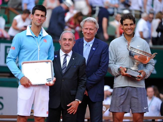 Novak Djokovic (à gauche) pose aux côtés du président de la FFT Jean Gachassin, de Bjorn Borg et de Rafael Nadal. (Crédit photo: D.R)