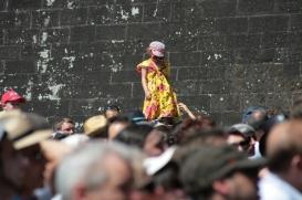 Au milieu de la fête, cette jeune festivalière apprend à marcher sur la foule et prend de la hauteur. (Crédit Photo : Nicolas Richen)