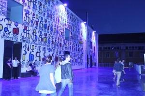 Dès l'entrée, la Friche affirme son esprit artistique avec un mur tagué (crédit GD)