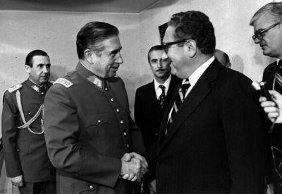 Henry Kissinger, secrétaire d'État des États-Unis rend visite au dictateur Pinochet. D.R.