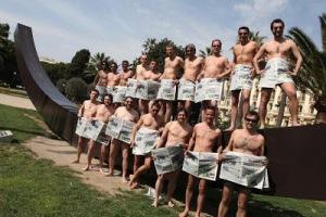 Les journalistes, qui souhaitent reprendre le journal, font appel aux donateurs. Les journalistes ont posé nus pour répondre au Groupe Hersant. (Crédit photo : D.R.)