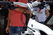 BMW ne se contente pas des voitures. Le géant allemand a même une collection de vélo. (Crédit photo : Jérémy Satis)
