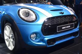 La Mini s'agrandit en présentant sa 5 portes. L'avant lui reste dans l'ADN de la marque avec les deux bandes sur le capot. (Crédit photo : Jérémy Satis)