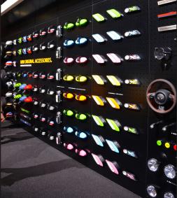 Qui dit personnalisation dit palette de couleur large. Des volants, rétroviseurs et autres leviers de vitesse étaient exposés. (Crédit photo : Jérémy Satis)
