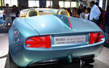 """Fondée en 1969, la marque """"Mini"""" a été rachetée en 1994 par BMW. Avec la Mini Superliggera, Mini a joué la carte du raffinement à l'anglaise, et semble faire un clin d'oeil à l'Angleterre avec des allusions à l'Union Jack, visible sur les phares arrières notamment. (Crédit photo : Jérémy Satis)"""