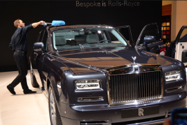 Les Rolls Royce sont chouchoutées durant tout le salon de l'automobile. (Crédit photo : Jérémy Satis)