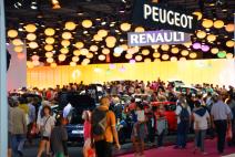 Peugeot et Renault étaient côte à côte sur le Mondial de l'Auto dans le hall principal. Les visiteurs sont toujours attachés aux marques françaises. (Crédit photo : Jérémy Satis)