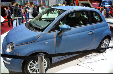 Chez Fiat, c'est sans surprise la 500 qui a attiré les foules. Voici un modèle couleur jean's avec une matière bien spécifique. (Crédit photo : Jérémy Satis)