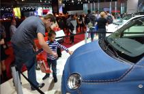 Tous ou presque ont voulu toucher pour se rendre compte de la matière de la Fiat 500 jean : une livrée bleue mat et des liserés brun clairs. (Crédit photo : Jérémy Satis)