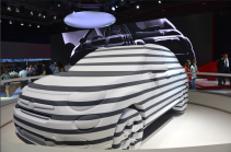 """Sculpture de Ron Arad qui s'intitule : """"Tu me fais tourner la tête"""" représentant une Fiat 500.(Crédit photo : Jérémy Satis)"""