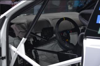 L'intérieur de la Polo est presque vide. Pour avoir une voiture légère et plus performante, on s'est débarrassé du confort pour privilégier le nécessaire de course. (Crédit photo : Jérémy Satis)