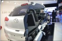 Pour mieux se rendre compte de l'aérodynamique des modèles, Hyundai n'a pas hésité à couper sa voiture en deux. (Crédit photo : Jérémy Satis)