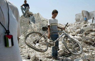 Jeune palestinien retrouvant un vélo dans les décombres suite aux bombardements israéliens . Crédit : May So