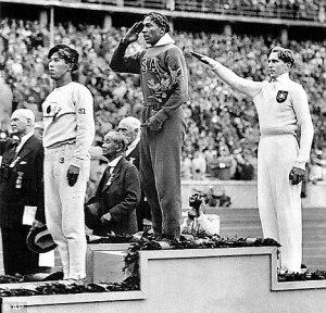 Jesse Owens à la première place du saut en hauteur, face à la tribune du chancelier allemand (Crédit photo D.R.)