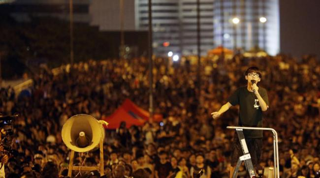 Joshua Wong s'adresse à une foule de manifestants rassemblés dans le principal accès au centre financier de Hong Kong le 1er octobre 2014. (Crédit photo : CARLOS BARRIA/REUTERS)