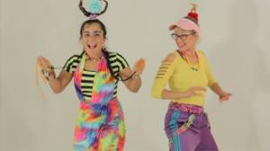Poussy Draama et Fannie Sosa jouent les enfants dans le premier épisode de leur émission.