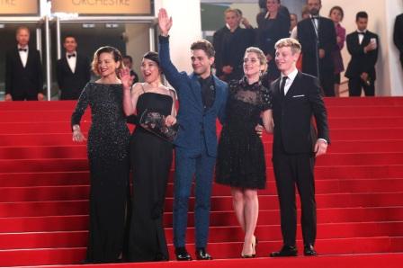 """Suzanne Clément, Anne Dorval, Xavier Dolan, Nancy Grant (productrice) et Antoine Olivier Pilon. Montée des marches du film """"Mommy"""" lors du 67 ème Festival du film de Cannes. Crédit photo : allocine.fr"""