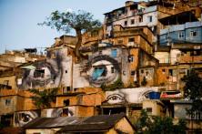 En immersion dans le bidonville, JR crée une véritable galerie d'art en affichant d'immenses portraits de femmes sur les façades. (Crédit Photo : JR)