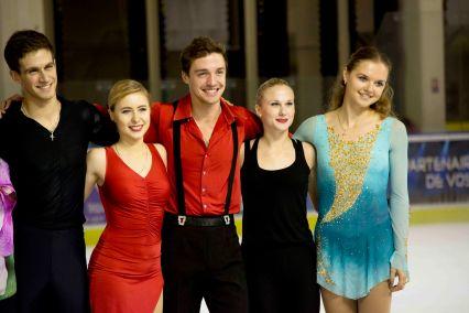 Les patineurs sourient aux photographes à la fin du gala (crédit photo : Eva Garcin)