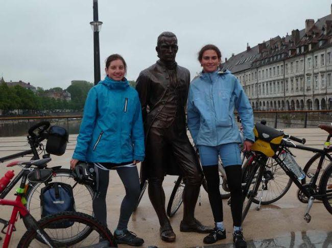 Départ de Besançon, le 1er mai. Clémence et Laurine autour de la statue de Jouffroy d'Abbans.