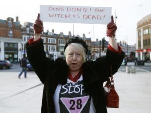 Ding dong ! La sorcière est morte. A Brixton on célèbre la mort de Margaret Thatcher  (Crédit: SWNS agency)