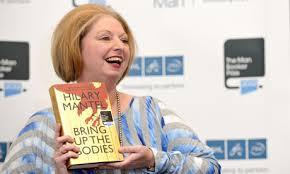 Ci-dessus Hilary Mantel avec son roman historique qui lui a valu le prix Booker, le deuxième de sa carrière (Crédit photo: Ben Pruchnie/Getty Images)