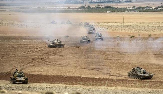 Des chars de l'armée turque  se positionnent le 29 septembre 2014 près de la ville syrienne de Kobané. AFP / Bulent Kilic