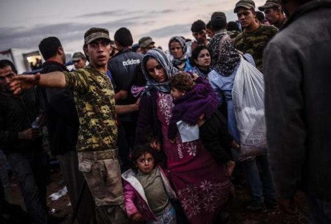 Arrivée de réfugiés kurdes syriens le 29 septembre 2014 à Suruc à la frontière entre la Syrie et la Turquie. Crédits: Bulent Kilic / AFP