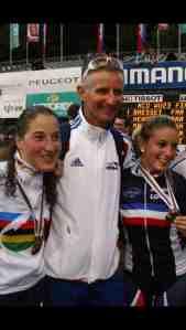 Yvon Vauchez, entraineur de l'équipe de France de VTT, entouré de Julie Bresset (à sa gauche) et Pauline Ferrand Prévot (à sa droite), lors des championnats du monde espoirs en 2011. (Crédits : DR)