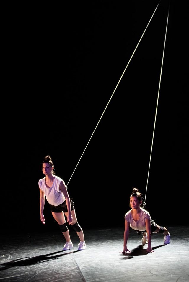 Dans la pièce Borderline, l'élastique est à la fois synonyme d'apesanteur et d'obstacle aux désirs humains. (Crédits photo : Agathe Poupenay)