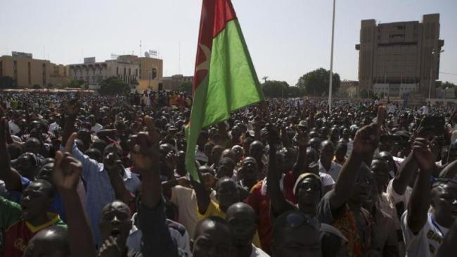 Il y a presque une semaine, la population burkinabè sortait dans la rue pour manifester sa colère contre l'ancien Président Blaise Compaoré. (Crédit Photo : Joe Penney/REUTERS)